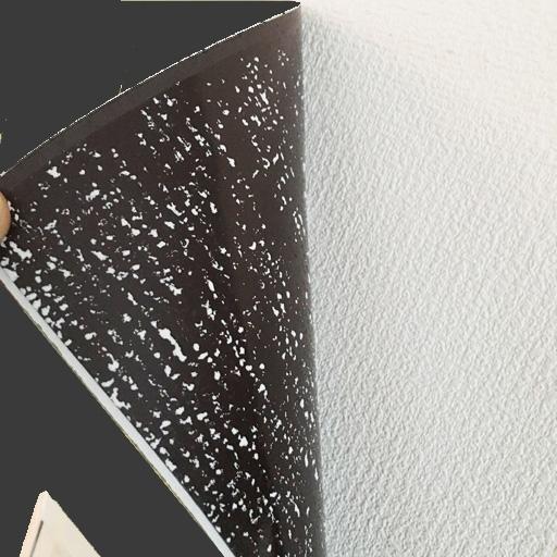一般的なビニールクロスに貼った後、剥 がした状態。シールにクロスの一部が付 着しています。下地の状況によっては壁 紙が剥がれる場合もありますのでご注意ください。