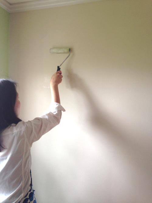 壁に糊を塗ります。