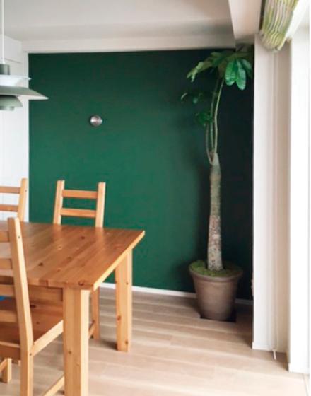 ダイニングの壁一面にマグカベを貼り、ベンジャミンムーア 630 Martha's Vineyardをペイント。