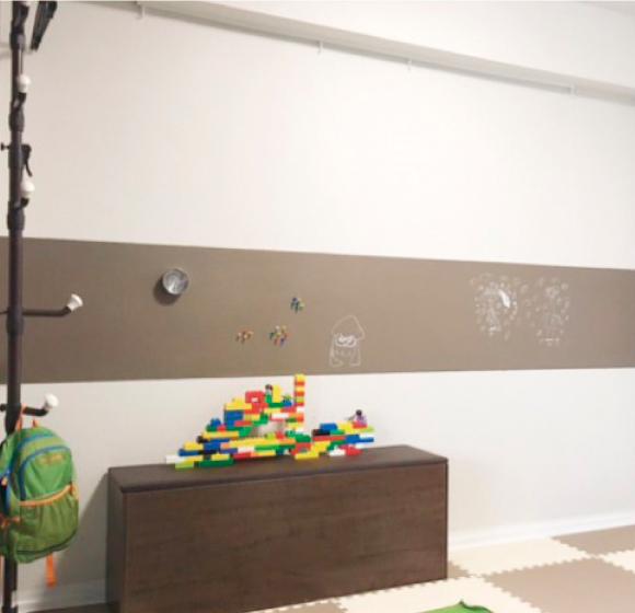 子供部屋の壁横一列にマグカベを貼り、ベンジャミンムーア HC-69 Whitall Brownをペイント。