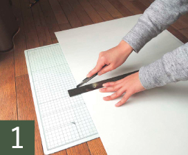 貼る前に壁に合わせて、カッターやはさみでカットします。