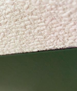 壁紙の上に貼ると、少し段差(厚さが 約0.65mm)が出ます。