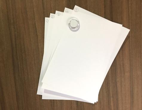 100円ショップで販売されている直径約40㎜の マグネットで、A4用紙5枚程度は大丈夫です
